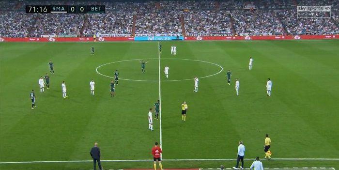 W meczu Realu doszło do kuriozalnej sytuacji. Sędzia uratował ,,Królewskich