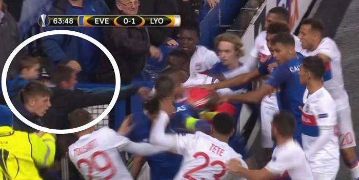 Wściekły fan Evertonu ruszył w stronę piłkarzy. Z dzieckiem na rękach (VIDEO)