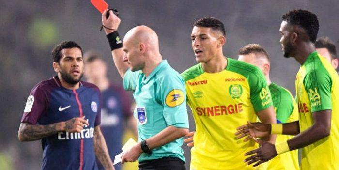 Sędzia meczu Nantes - PSG wyrzucił z boiska piłkarza, bo uznał, że ten go faulował... Szkoda, że nie miał VAR.
