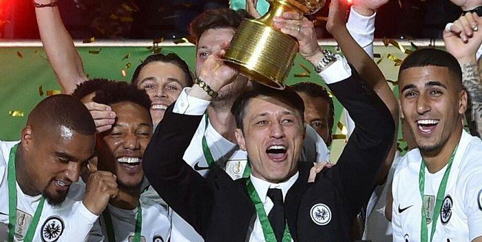 Niko Kovac przed przejściem do Bayernu zabrał mistrzowi trofeum sprzed nosa. Eintracht z Pucharem Niemiec. Gol Lewandowskiego to za mało!