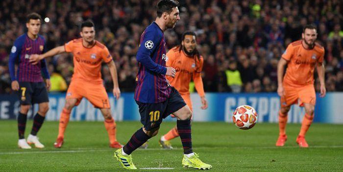 Szymon Marciniak wreszcie szczęśliwy dla FC Barcelona. Katalończycy rozbili Lyon i są w ćwierćfinale Ligi Mistrzów. Messi jak Panenka (VIDEO)