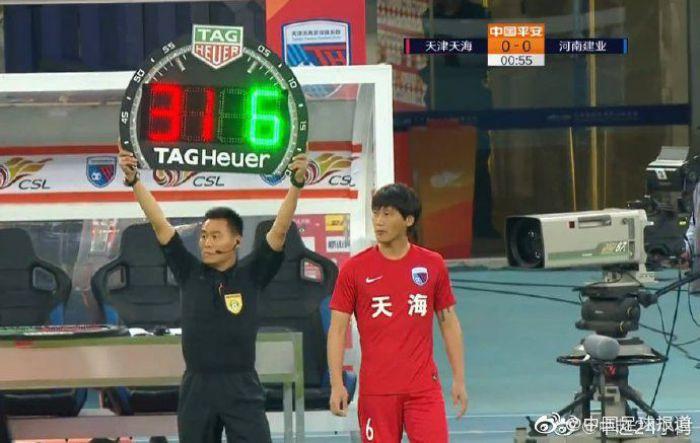 Absurdalna luka w przepisach. Trener ją wykorzystał i dokonał zmiany w 55. sekundzie meczu