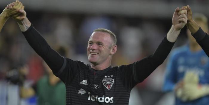 Co za gol Wayne'a Rooney'a. Kapitalne uderzenie Anglika dało wygraną (VIDEO)