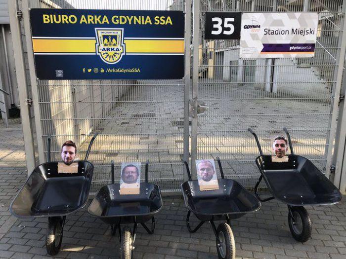 Kibice Arki Gdynia wystawili taczki z wizerunkami klubowych działaczy