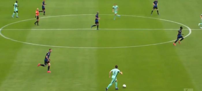 Kolejny fatalny błąd w meczu Bundesligi. Przerwa w sezonie nie służy piłkarzom (VIDEO)