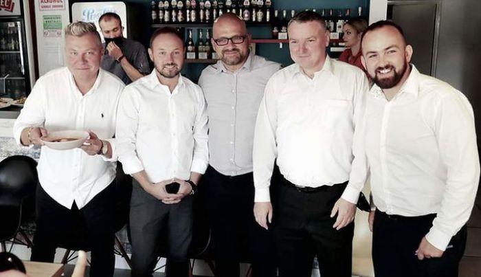 Tomasz Frankowski... został kelnerem. Wszystko po to, by pomóc w zbiórce ogromnej kwoty na leczenie chorego chłopca