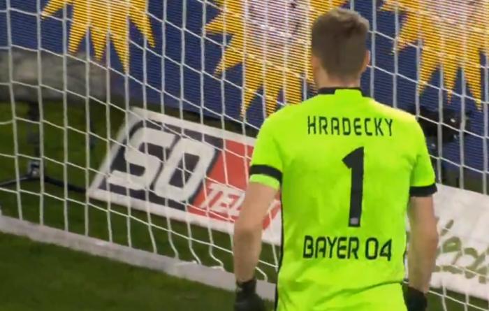 Spektakularny samobój w Bundeslidze. Bramkarz czołowego zespołu ligi zrobił coś niesamowitego (VIDEO)