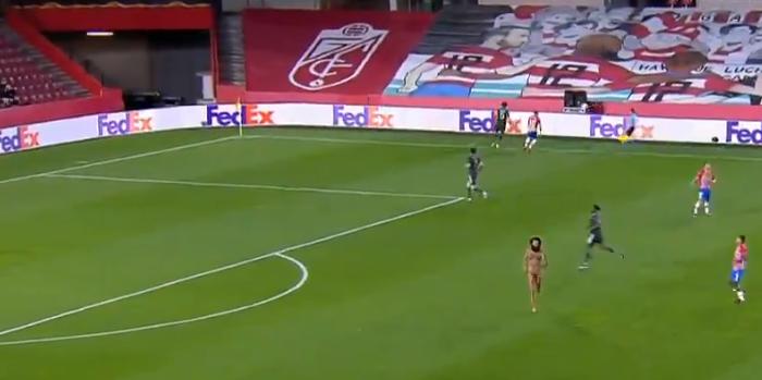 Nieoczekiwany gość na murawie w czasie meczu Manchesteru United w Lidze Europy. Bujna fryzura, długa broda... i nic więcej (FOTO + VIDEO)