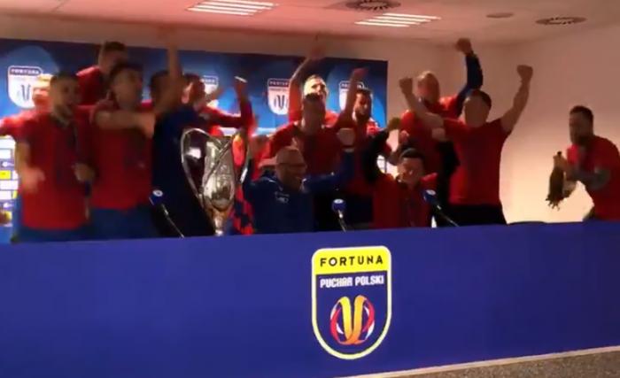 Tak świętowali piłkarze Rakowa. Takiego czegoś nikt się nie spodziewał  (VIDEO)