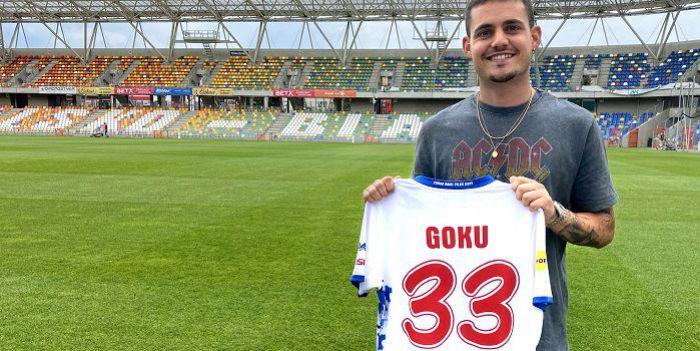 Był w Manchesterze City i FC Barcelona, grał w Śląsku Wrocław. Teraz trafił do Podbeskidzia