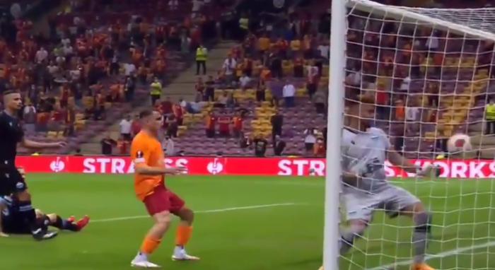 Kuriozalny samobój w Lidze Europy. Golkiper Lazio wrzucił sobie piłkę do bramki